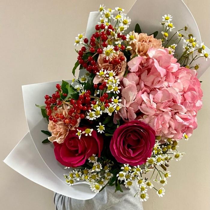 Авторский букет с гортензией, розами и ромашками