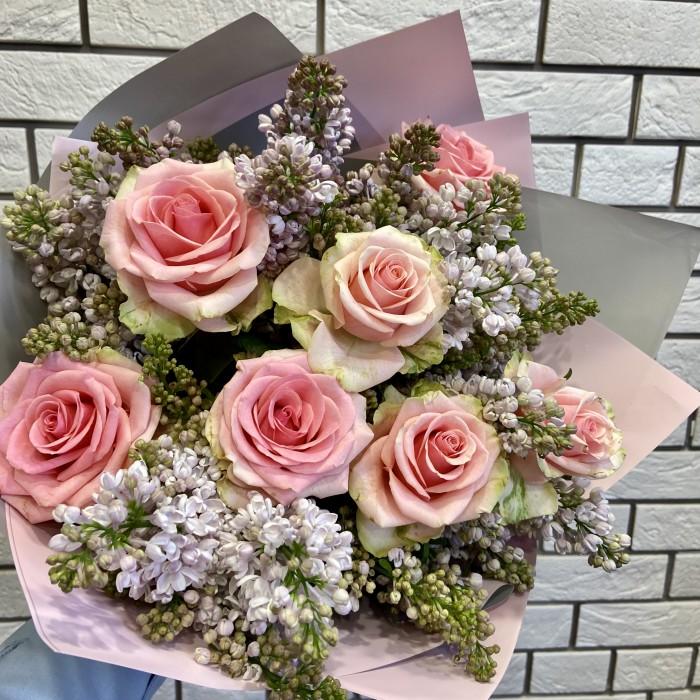 Букет из белой сирени и нежной розы