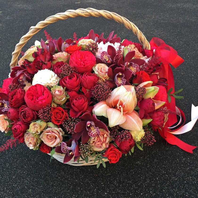 Корзина с красными цветами (автор)