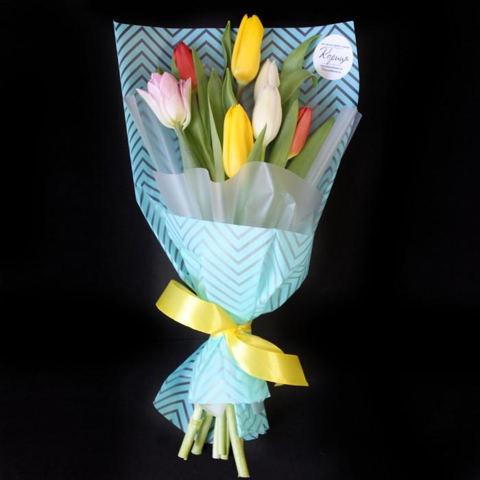 Мини-букет из разноцветных тюльпанов