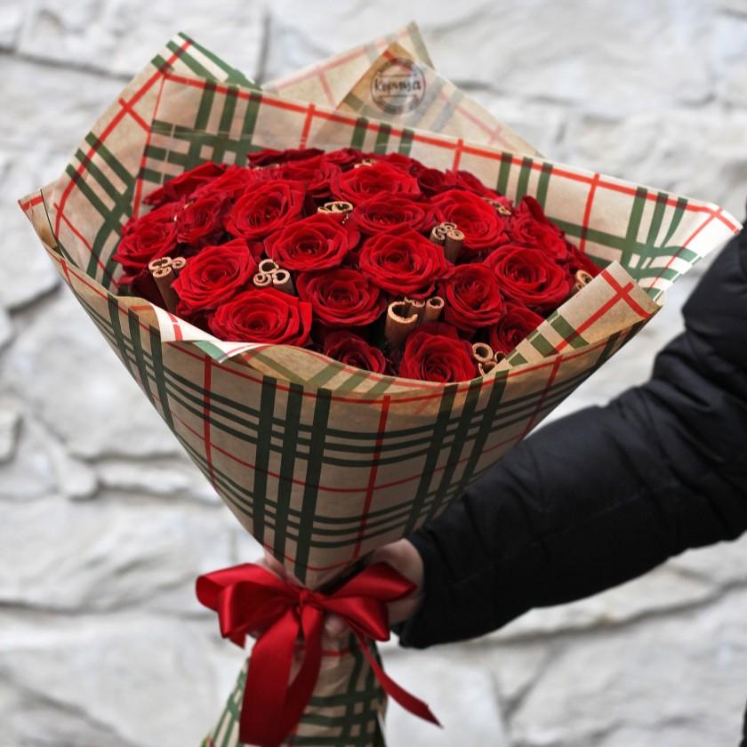 Красные розы с корицей