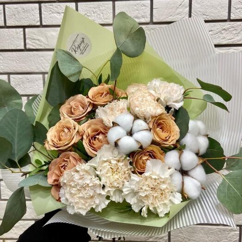 Нежный букет из кофейных роз, эвкалипта, гвоздик и хлопка