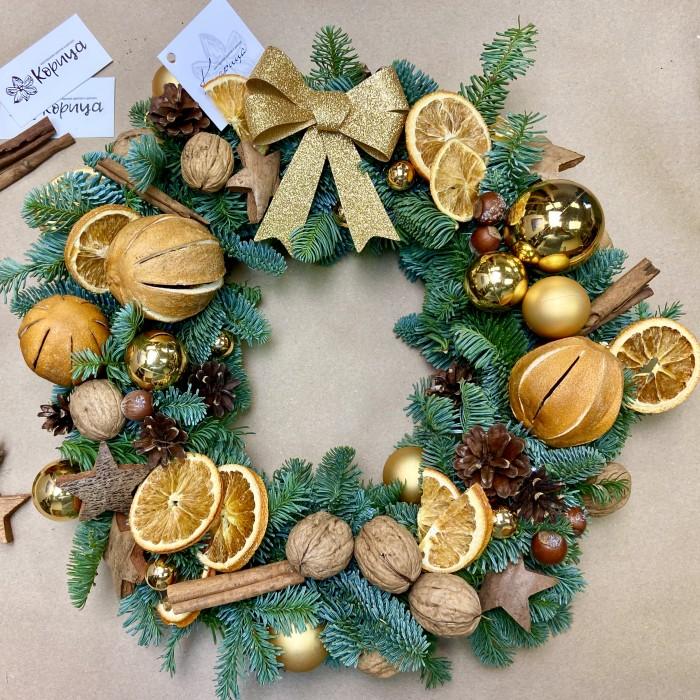 Новогодний венок с апельсинами и грецкими орехами