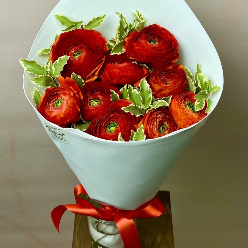 Букет красных ранункулюсов с зеленью
