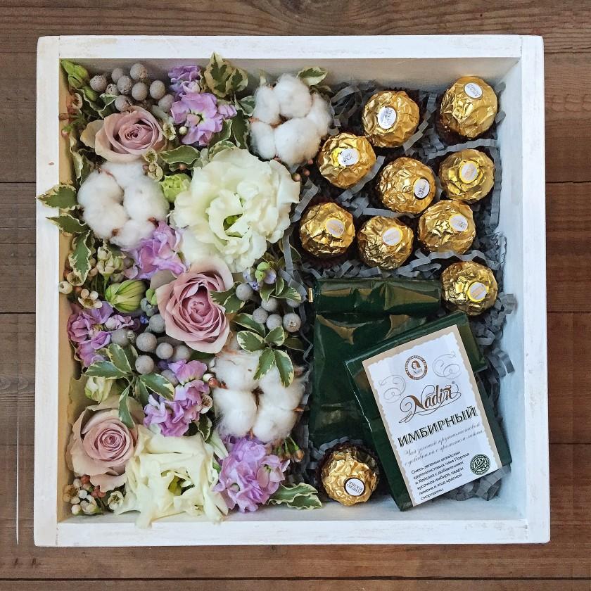 Деревянная коробка с цветами, чаем и конфетами (автор8)
