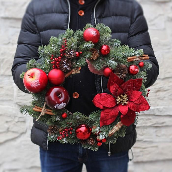 Новогодний венок в красном цвете