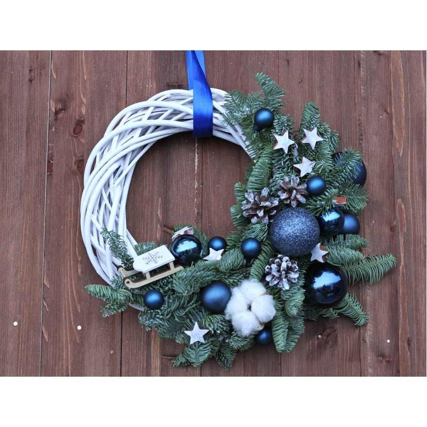 Новогодний венок на белом каркасе синий