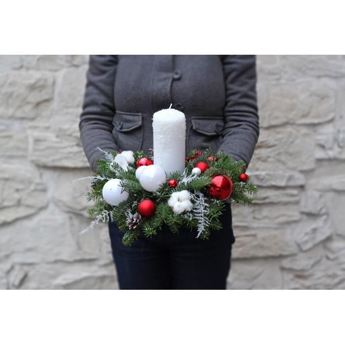 Новогодняя свеча в красно-белой гамме