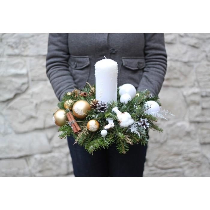 Новогодняя свеча в бело-золотой гамме