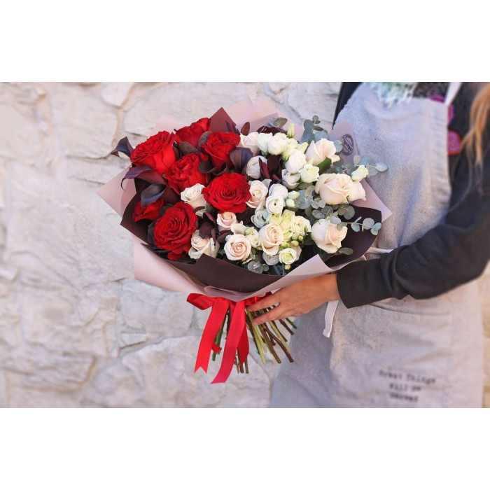 Двухцветный букет с розами