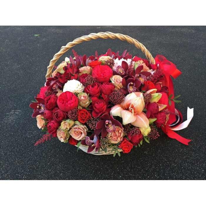 Корзина с красными цветами