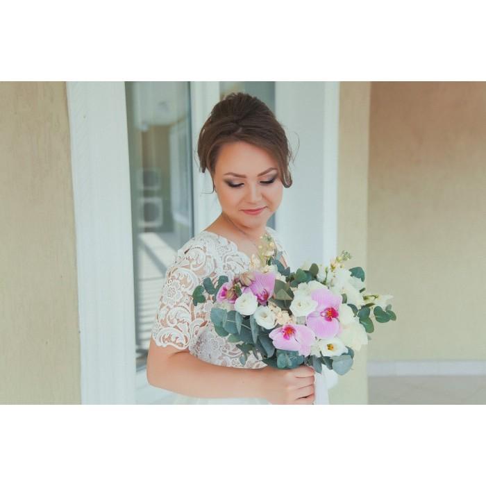 Бело-розовый букет невесты из орхидей
