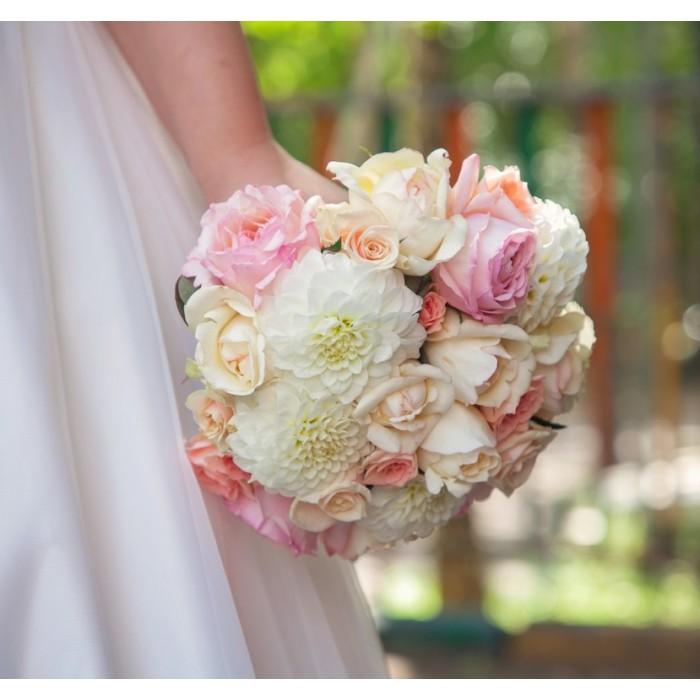 Нежный букет невесты с пионовидной розой
