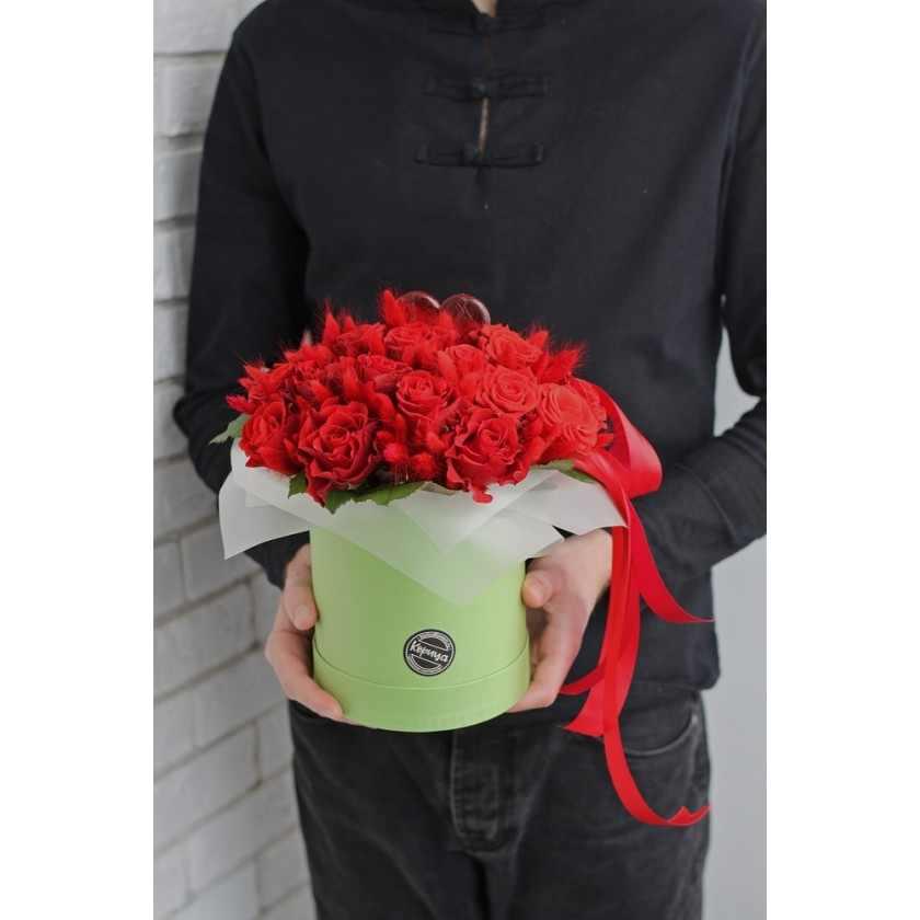 Коробка с красными розами и сердцем