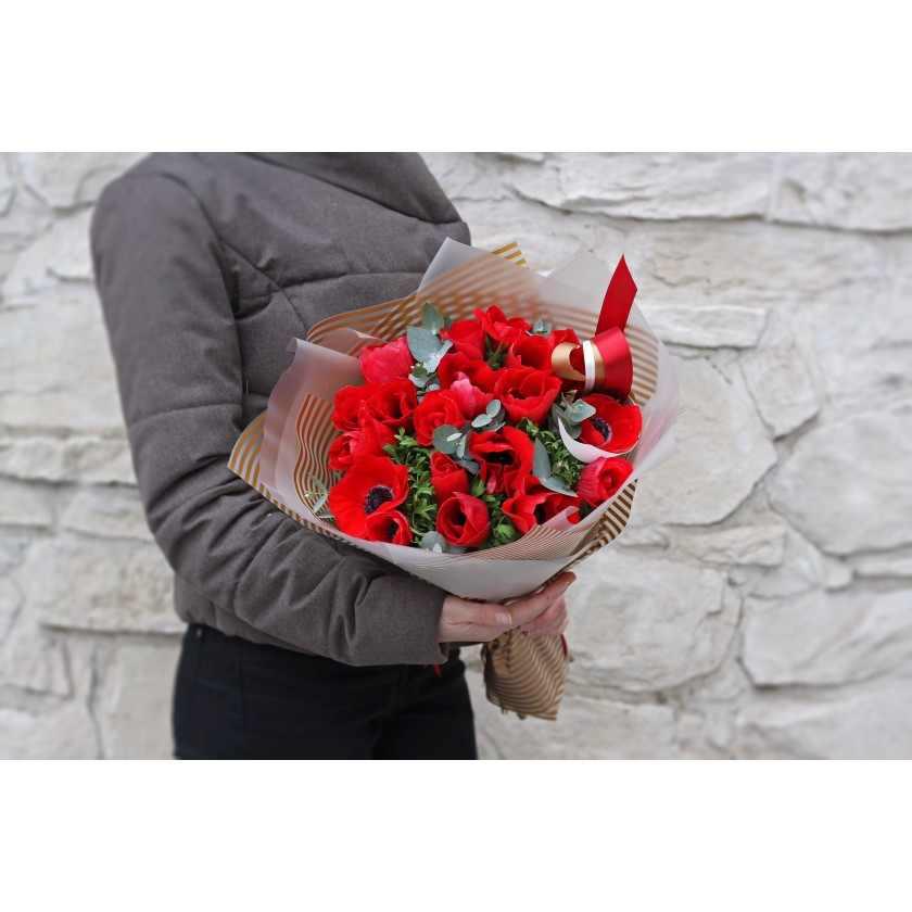 Букет красных анемонов