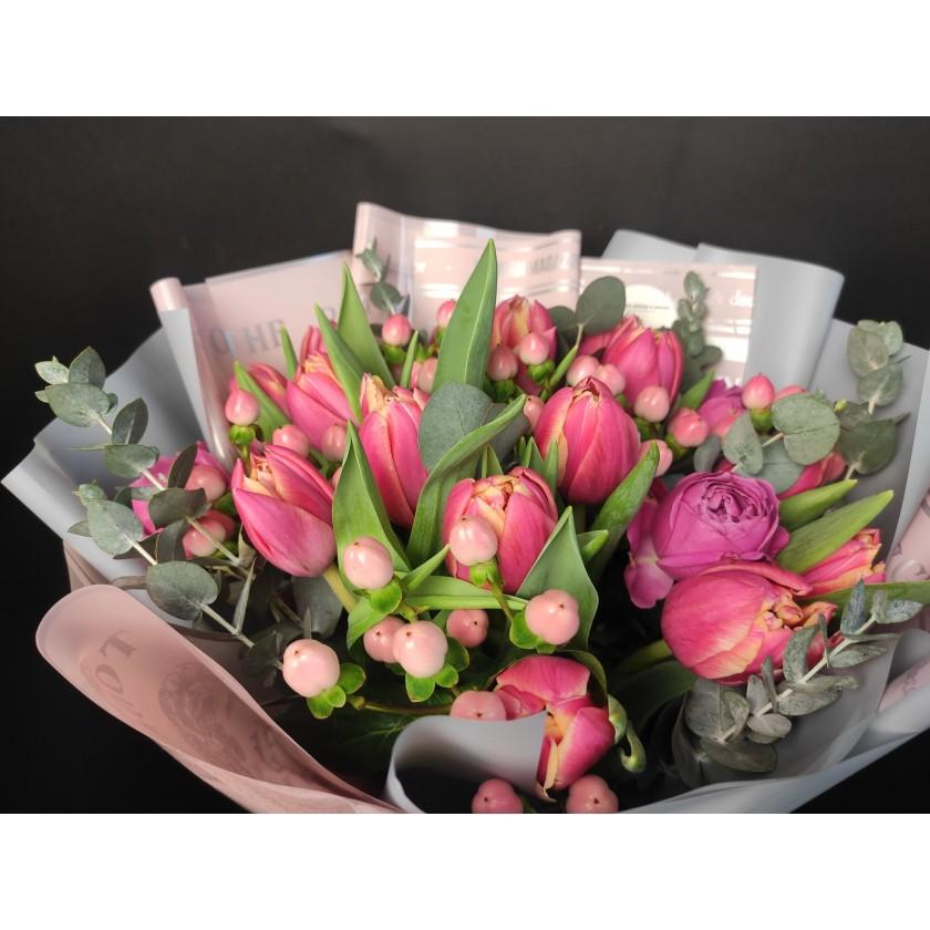 Букет тюльпаны с гиперикумом и пионовидной кустовой розой