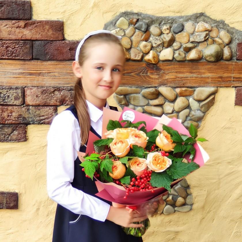 Букет на 1 сентября с розами и калиной